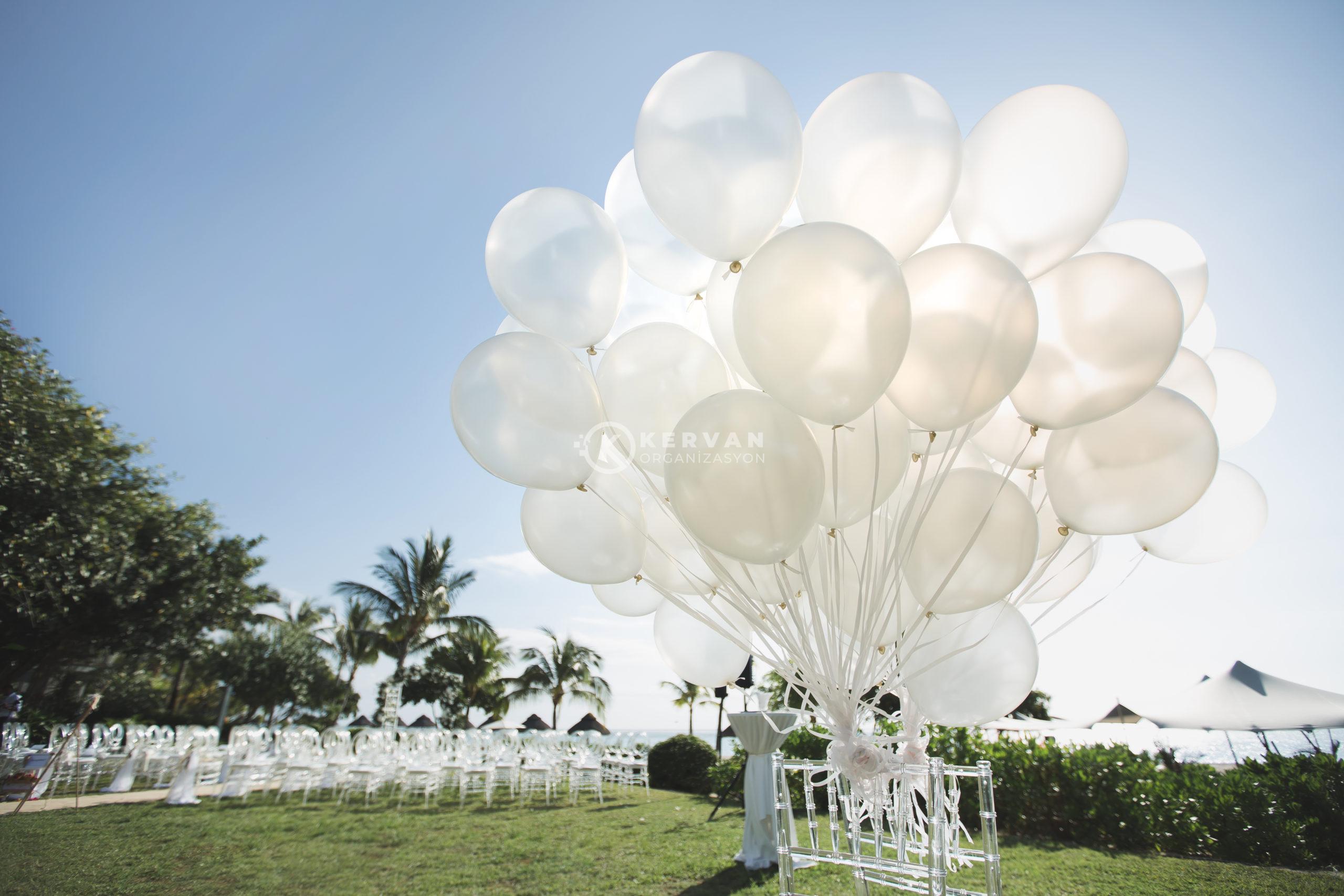 Romantik kır düğünü seremonisi beyaz uçan balonlarla
